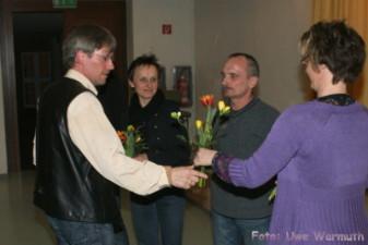 Uwe Ebermann dankt Anna Zähr und Wolfgang Strosny für ihre Arbeit und Erfolge in der Laufgruppe - Uwe Warmuth
