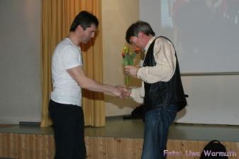 Uwe Ebermann dankt Steffen Waldmann für die Oragnisation des Bautzener Duathlons - Uwe Warmuth