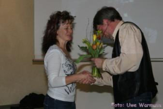 Uwe Ebermann dankt Carola Kaminski für ihre Arbeit als übungsleiterin in der allgemeinen Kindersportgruppe - Uwe Warmuth
