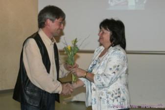 Uwe Ebermann dankt Ilona Montag für ihre Arbeit als Handball-übungsleiterin - Uwe Warmuth