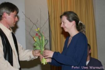 Uwe Ebermann dankt Jana Land für ihre Arbeit als Aerobic-übungsleiterin - Uwe Warmuth