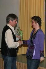 Uwe Ebermann dankt Sylvia Schiffmann für ihre Arbeit im Vereinsstudio und als Projektleiterin Senioren - Uwe Warmuth