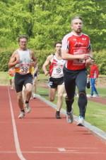 13.05.2010: 1.5000 m (Uwe Warmuth [40], rotes Hemd) - Kay Schmarsow