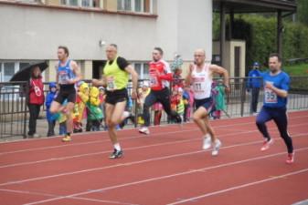14.05.2010: 100 m (Uwe Warmuth [40], rotes Hemd) - Nadine Warmuth