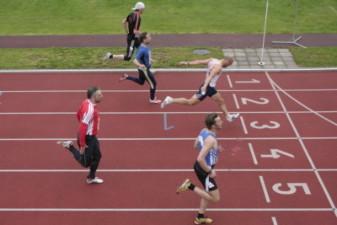 14.05.2010: 100 m (Uwe Warmuth [40], rotes Hemd) - Kay Schmarsow