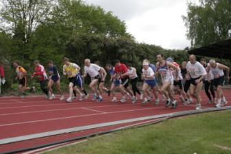 15.05.2010: 5.000 m (Uwe Warmuth [40], 2. von links) - Kay Schmarsow