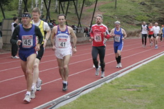 15.05.2010: 5.000 m (Uwe Warmuth [40], rotes Hemd) - Kay Schmarsow
