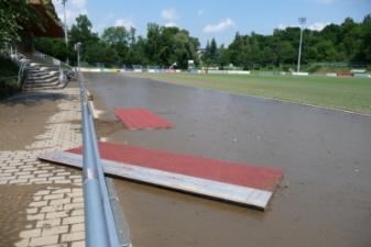 08.08.2010: Abdeckung des Wassergrabens für Hindernis-Lauf: ca. 150 m geschwommen - Steffen Zimmermann