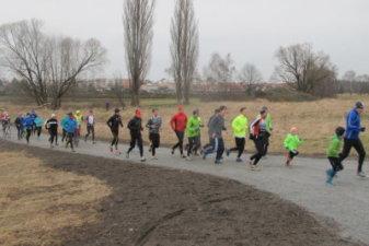 23.12.2016 Weihnachtslauf Reini läuft vorne weg - Bautzener Triathlon-Freunde