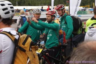 Warten auf den Rad-Checkin: Maik hat den Fotografen entdeckt ... - Uwe Warmuth