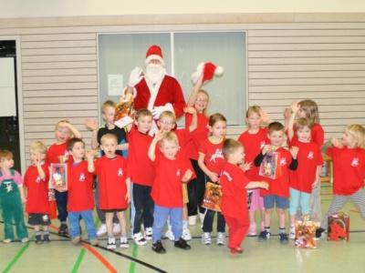 Weihnachtsmann besucht die Vorschulkinder